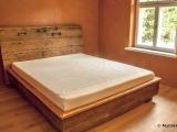 Magamistoamööbel, voodipeatsiks vana uks, mattipuit.ee
